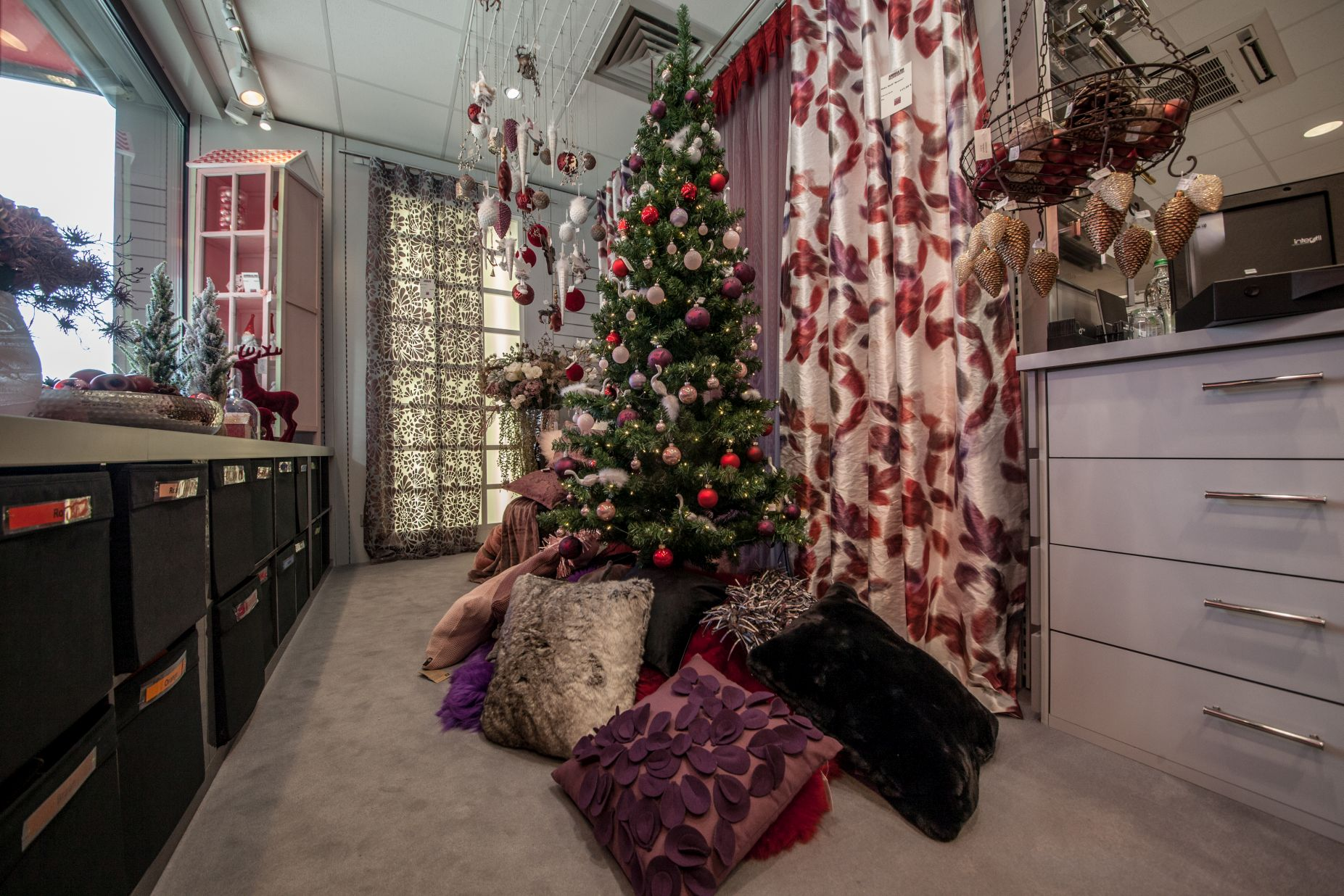 Weihnachtsmänner bei Ege Raum & Design Mühldorf