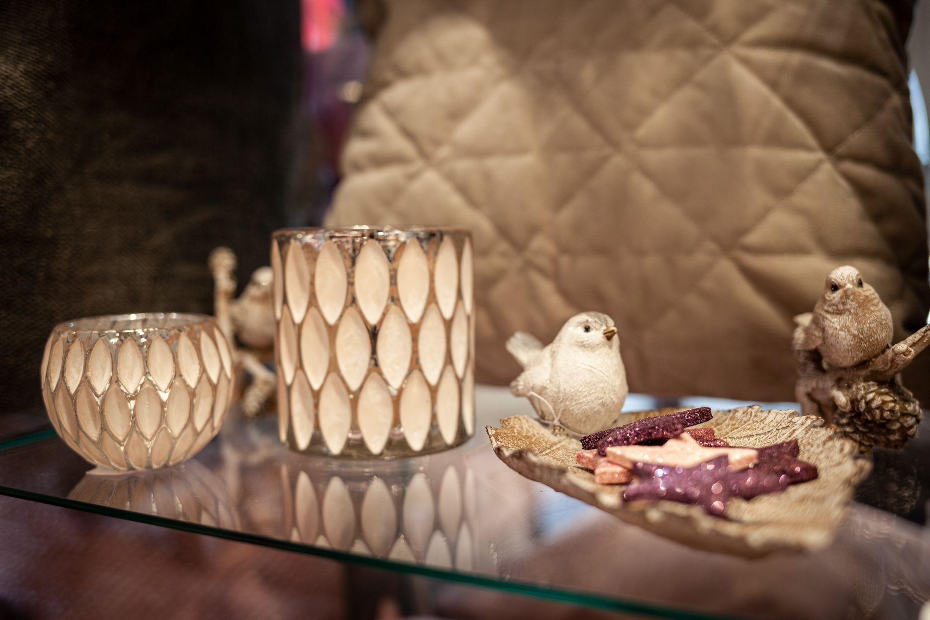 Vogel-Figuren und Sternen-Deko bei Ege Raum & Design Mühldorf
